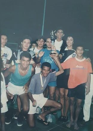 Vereadora Babi ao lado dos atletas do Alto do Motor, em 1991.