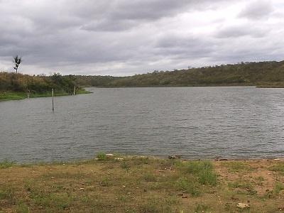 Imagem do lago retido pala barragem do Açude Prefeito José Vieira Filho, em 2005.