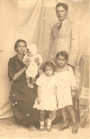 Amélia Ribeiro e Silva juntamente com o seu esposo e filhos.