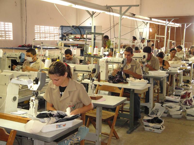 Imagem da linha de produção da Fábrica Terra Quente, em 2014.