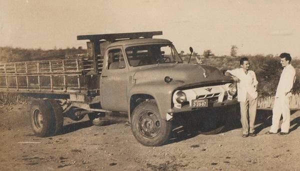 Imagem de Antônio Queiroz Sampaio e seu caminhão.