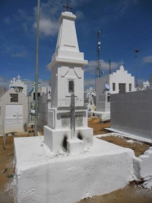 Imagem da coluna tumular de Antônio Apolônio Maciel em 2014.