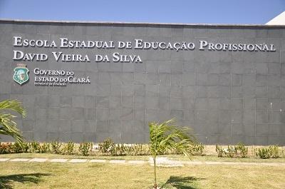 Imagem da identificação da escola, em 2014.