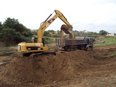Imagem das máquinas trabalhando no desassoreamento do Rio Boa Viagem.
