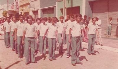 Imagem de um batalhão de alunos do Instituto de Educação Paulo Moody Davidson, em 1978.