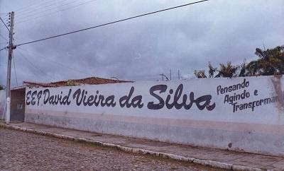 Imagem da principal entrada da Escola de Ensino Fundamental David Vieira da Silva em 2002.