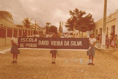 Imagem de um desfile da Escola de Ensino Fundamental David Vieira da Silva.