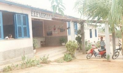 Imagem da Escola de Ensino Fundamental Miriam Brito Fialho, em 2004.