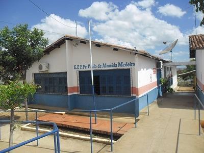 Imagem da entrada principal da escola, em 2015.