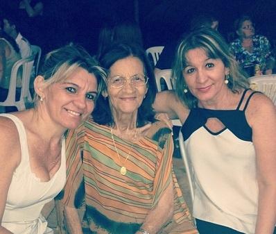 Edina Vieira da Silva acompanhada de sua mãe e uma de suas irmãs, em 2014.