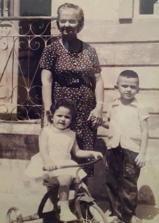 Imagem de Enedina de Carvalho entre os seus netos.