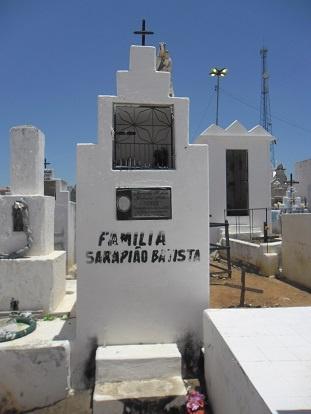 Imagem do túmulo da Família Serapião Batista, em 2014.