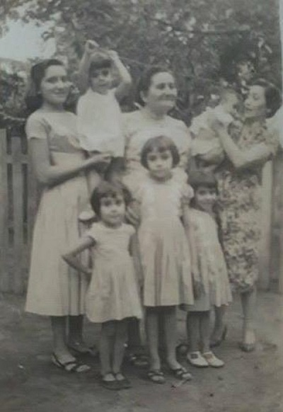 Imagem de Francisca Queiroz Ribeiro entre as suas filhas e netos.