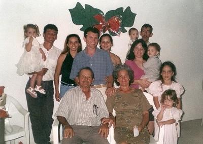 Imagem de Francisco Alves de Sousa e de sua família, em 2001.