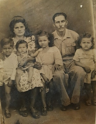 Imagem de José e Gervina rodeados pelos seus filhos.