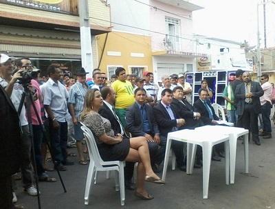Imagem da sessão da Câmara de Vereadores que ocorreu no meio da rua.