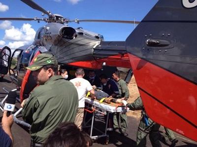 Helicóptero realizando socorro de vítima do acidente.