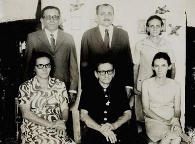 Imagem de sua esposa e filhos.