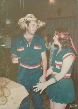 Imagem do Vereador Marcos Cidrão ao lado de sua esposa em uma festa de carnaval na Associação Atlética Boa-viagense.