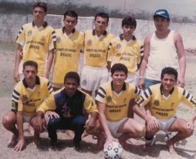 Imagem de Jurandi Batista Carneiro entre alguns amigos.
