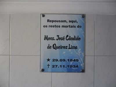 Imagem do lóculo onde repousam os restos mortais do Mons. José Cândido de Queiroz Lima, em 2016.