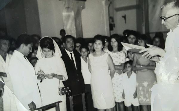 Imagem da celebração de seu casamento.