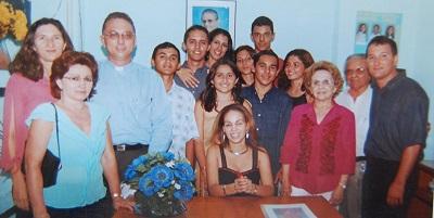 Imagem do Mons. Luiz Orlando acompanhado do Núcleo Gestor e do Grêmio Escolar da Escola de Ensino Médio Dom Terceiro,