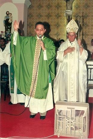 Imagem do Mons. Orlando ao lado de Dom Adélio.