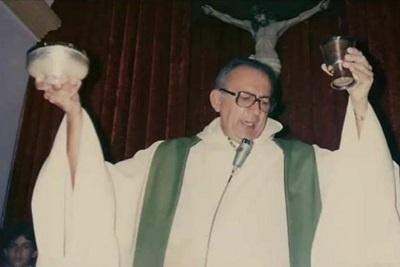 Imagem no Pe. Paulo de Almeida Medeiros na celebração da Eucaristia.