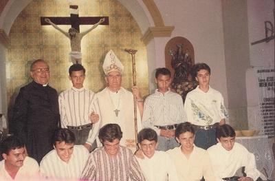 Imagem do Pe. Paulo e do Bispo Dom Adélio entre alguns jovens da Paróquia de Nossa Srª da Boa Viagem.