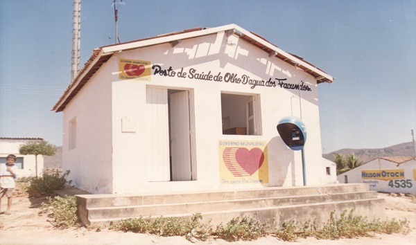 Imagem do posto da saúde da vila de Olho d'Água dos Facundos, em 2004.