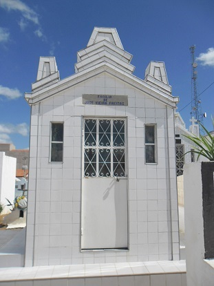 Imagem do túmulo da Família Vieira de Freitas, em 2010.
