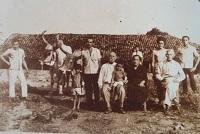 Imagem de uma família de agricultores do Município de Boa Viagem, início da década de 1970.